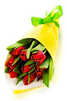 白い背景の上の新鮮な赤いチューリップの花束