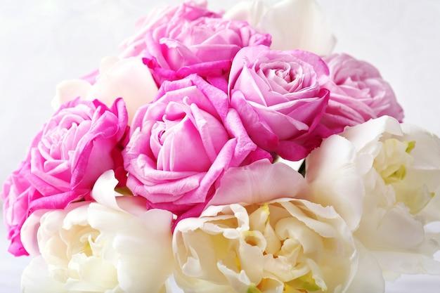 新鮮なバラとチューリップの花束、クローズアップ