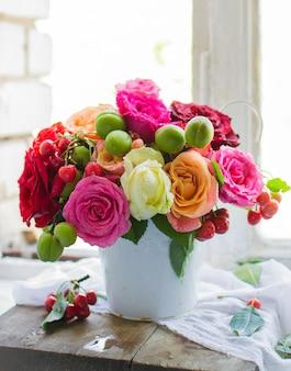 Букет свежих роз в белой вазе