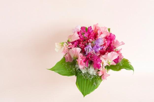花瓶に新鮮な鮮やかな甘いエンドウ豆の花の花束