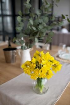 テーブルの上の新鮮な黄色の水仙の花束