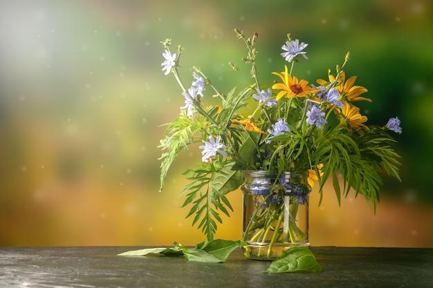 屋外のテーブルで採れたての野花の花束