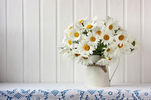 Букет садовых ромашек на столе