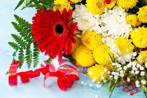 거베라와 국화 꽃다발.