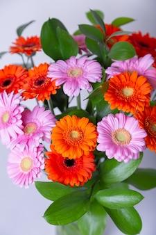 ガーベラの花束。白地にピンク、オレンジ、赤のガーベラ。閉じる。