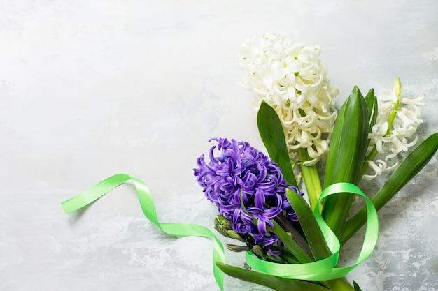 石の背景またはスレート春の花の背景にヒヤシンスの花の花束上面図