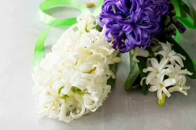 石の背景またはスレート春の花の背景にヒヤシンスの花の花束