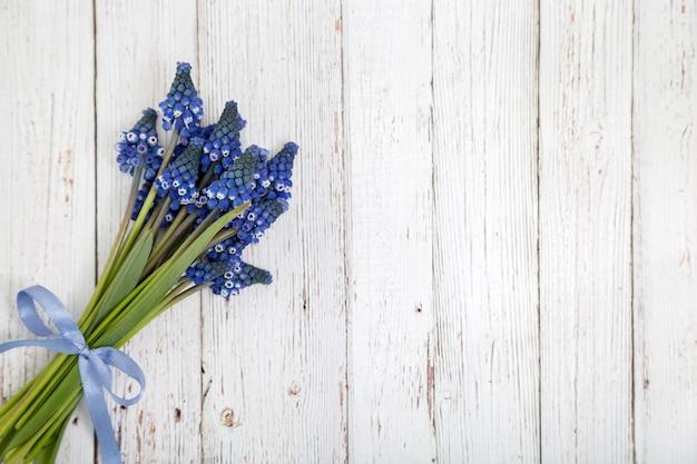 青いリボンとコピースペースのあるヒヤシンスの花束