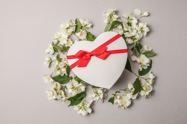 Букет жасмина и подарочная коробка цветов поздравление