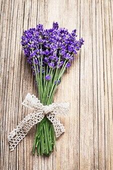 Букет цветов лаванды на деревянном.