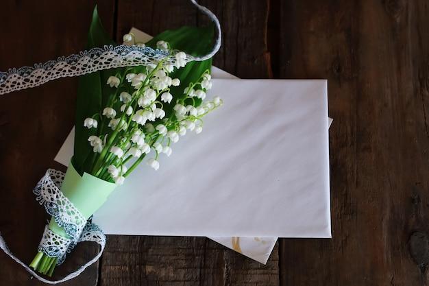 은방울꽃과 우주 텍스트의 꽃다발
