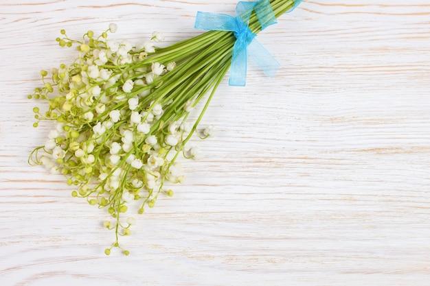 흰색 나무 보드에 계곡의 백합 꽃다발