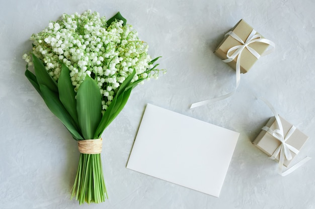 은방울꽃 꽃다발, 엽서, 밝은 파란색 배경에 선물 상자