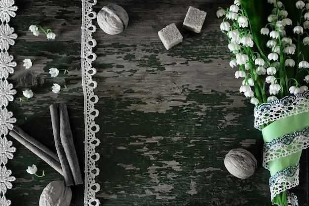 Букет лилий на деревянных фоне и утренний кофе