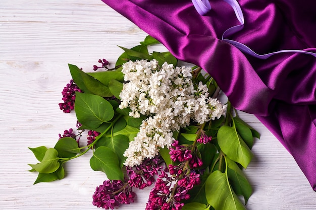 リラックの花と白地に紫のカーテンの花束 c