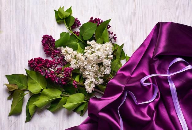 リラックの花と白地に紫のカーテンの花束。スペースをコピーします。