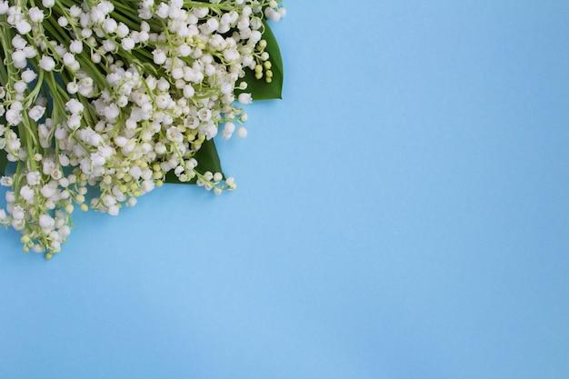 Букет из лилий, изолированные на синем