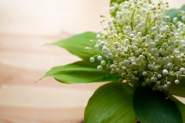 木製のテーブルにスズランの花の花束