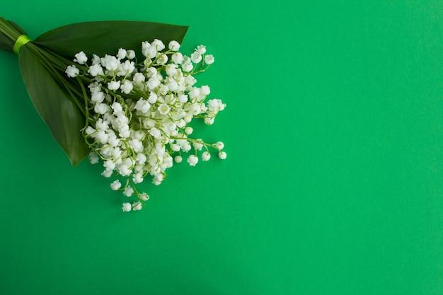 緑の谷のユリの花束