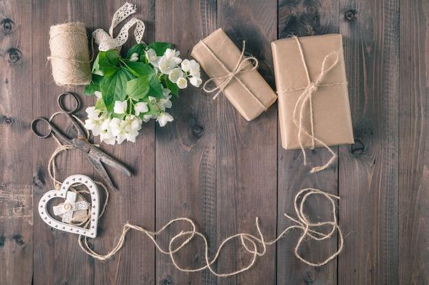 Букет из белых цветов на деревянном деревенском столе