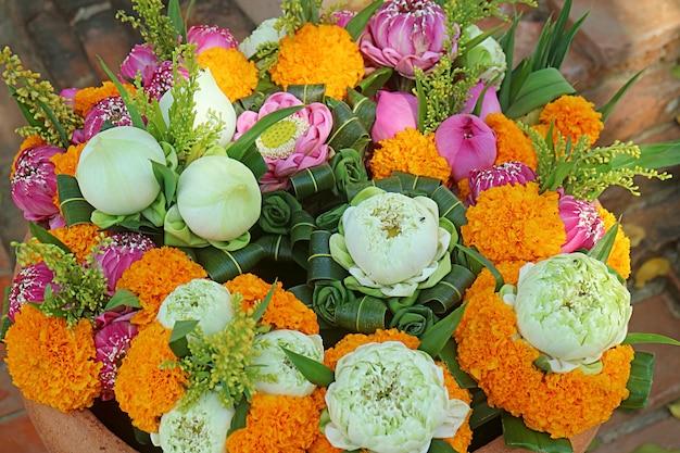タイの仏教寺院で提供するためのマリーゴールドとロータスの花の花束