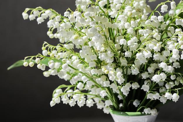 黒の背景にスズランの花束