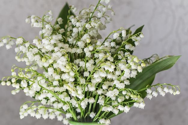 白い背景の上の谷のメイユリの花束