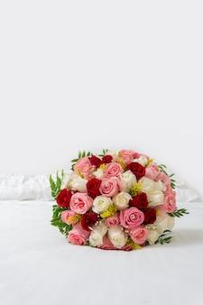 白い背景の上の結婚式のための色とりどりのバラの花束