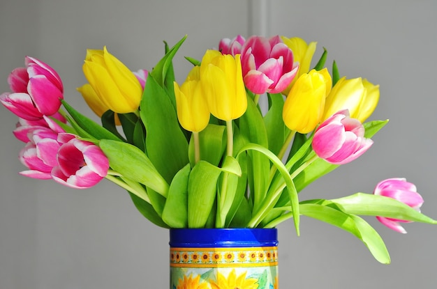 꽃병에 여러 가지 빛깔의 튤립 꽃다발