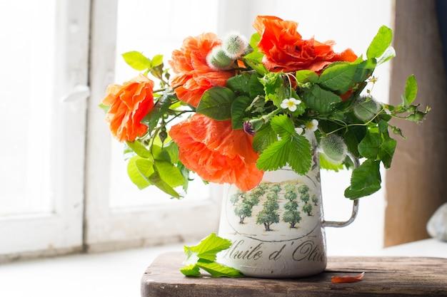 Букет оранжевых цветов в вазе