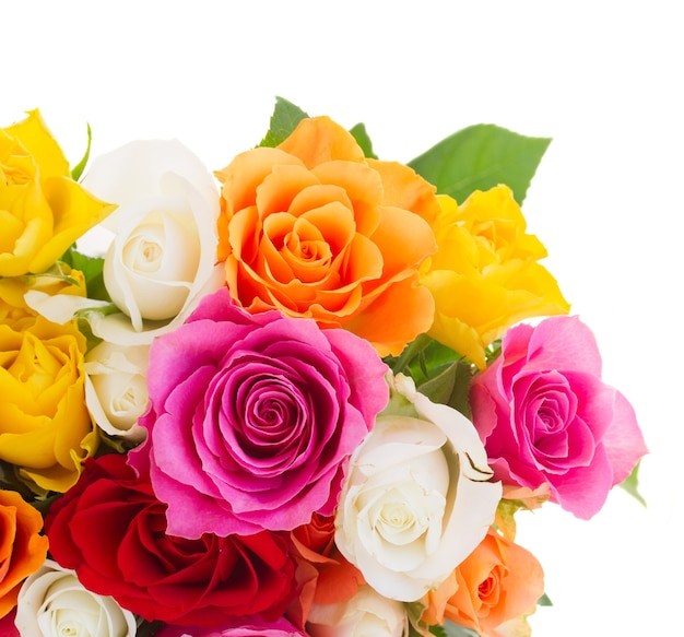 白で隔離されるオレンジ、黄色、白、ピンクの新鮮なバラの花束