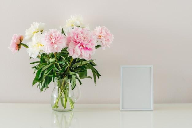 牡丹の花束と白のコピースペースと白いフレーム