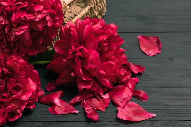 Букет пионов, красивые пионы на фоне старых деревянных. интерьер с цветами. винтажный стиль ретро