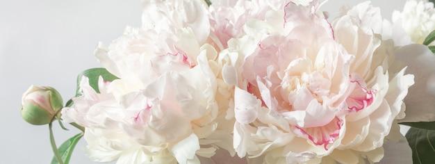 결혼식이나 어머니의 날을 주제로 연하장 디자인을 위한 모란 꽃다발