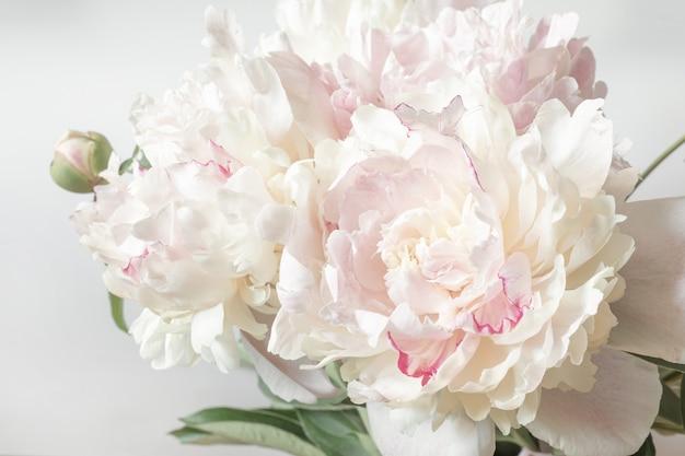 결혼식 발렌타인 데이를 주제로 연하장 디자인을 위한 모란 꽃다발