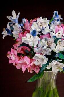 유리 꽃병에 분홍색과 파란색 alstroemerias 꽃의 꽃다발.
