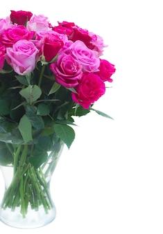 白い背景で隔離の花瓶のピンクとマゼンタの新鮮なバラの花の花束