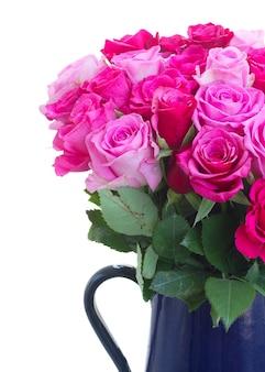 ピンクとマゼンタの新鮮なバラの花束の白い背景で隔離のクローズアップ