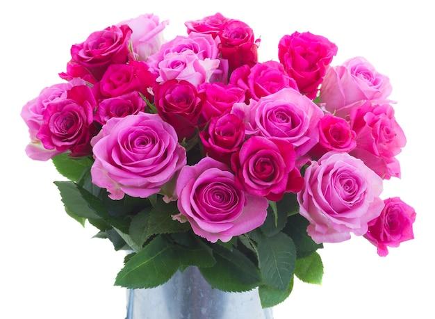 ピンクとマゼンタの新鮮なバラの花束は、白い背景で隔離を閉じることができます