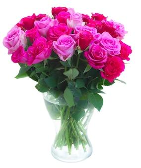 白い背景で隔離の花瓶のピンクとマゼンタの新鮮なバラの花束
