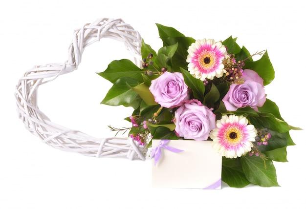 ピンクと紫のガーベラと白で隔離されるバラの花束