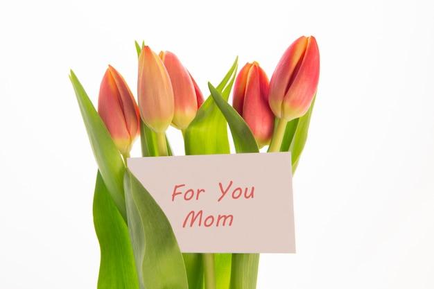 어머니의 날 인사말 카드와 분홍색과 노란색 튤립 꽃다발