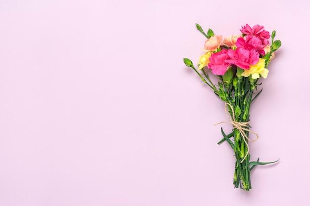 핑크에 고립 된 핑크 카네이션 꽃의 꽃다발