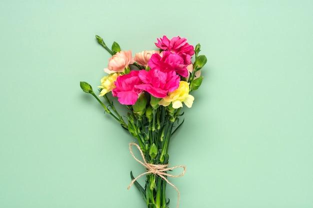 고립 된 핑크 카네이션 꽃의 꽃다발