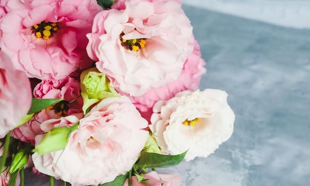 회색 바탕에 분홍색 eustoma의 꽃다발