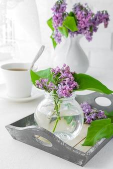 핑크 꽃 (장미) 및 창턱에 흰색 서비스 꽃다발.