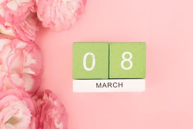 ピンクのテーブルにピンクのトルコギキョウ(トルコギキョウ)の花束