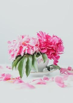 花瓶のピンクの牡丹の花束