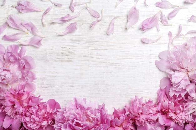 木製のテーブルの上のピンクの牡丹の花束。ギフトバレンタインデー。