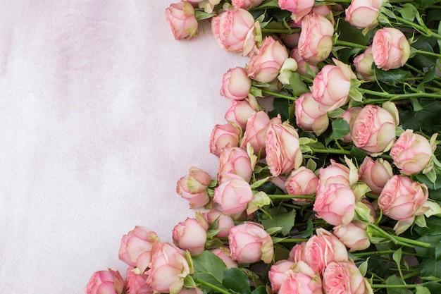 ピンクのバラとcopyspace、トップビューの背景の花束